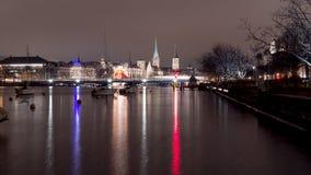Una vista di notte di Zurigo con il lago e la chiesa tipica Immagine Stock Libera da Diritti