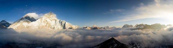 Una vista di Pamoramic di Everest e di Nuptse immagini stock