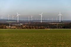 Una vista di panorama sopra il paesaggio del parco eolico in Germania con le turbine bianche del generatore Immagini Stock