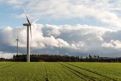 Una vista di panorama sopra il paesaggio del parco eolico in Germania con le turbine bianche del generatore Fotografie Stock