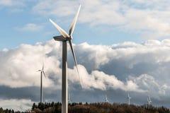 Una vista di panorama sopra il paesaggio del parco eolico in Germania con le turbine bianche del generatore Fotografia Stock Libera da Diritti
