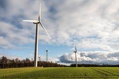 Una vista di panorama sopra il paesaggio del parco eolico in Germania con le turbine bianche del generatore Immagini Stock Libere da Diritti