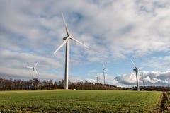 Una vista di panorama sopra il paesaggio del parco eolico in Germania con le turbine bianche del generatore Immagine Stock