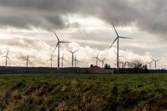 Una vista di panorama sopra il paesaggio del parco eolico in Germania con le turbine bianche del generatore Fotografia Stock