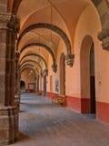 Una vista di prospettiva del punto di uno dei corridoi del ` di EL Nigromante del ` di Centro Cultural del ex-convento in San Mig Immagini Stock Libere da Diritti