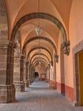 Una vista di prospettiva del punto di uno dei corridoi del ` di EL Nigromante del ` di Centro Cultural del ex-convento in San Mig Immagine Stock Libera da Diritti