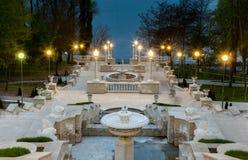 Una vista di prospettiva sulle belle scale di un parco della città a Chisinau, Moldavia Fotografia Stock