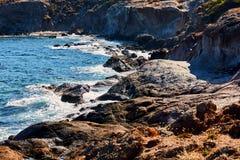 Una vista di una spiaggia con le rocce Immagine Stock Libera da Diritti