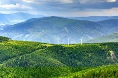Una vista di tre centrali eoliche nelle montagne Immagine Stock Libera da Diritti