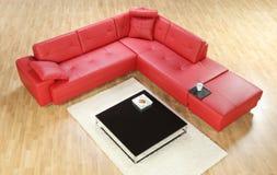 Una vista di un sofà di cuoio rosso immagine stock