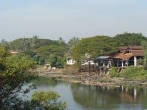 Una vista di un villaggio il fiume immagini stock libere da diritti