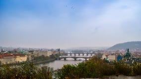 Una vista di vecchi ponti famosi, città di Praga la vecchi e fiume della Moldava dal punto di vista popolare nel Letna parcheggia Fotografie Stock