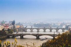 Una vista di vecchi ponti famosi, città di Praga la vecchi e fiume della Moldava dal punto di vista popolare nel Letna parcheggia Fotografia Stock
