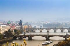 Una vista di vecchi ponti famosi, città di Praga la vecchi e fiume della Moldava dal punto di vista popolare nel Letna parcheggia Immagine Stock