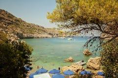 Una vista di vita della spiaggia alla baia di Anthony Quinn, Rodi, Grecia immagini stock libere da diritti