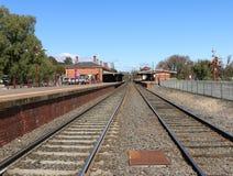 Una vista diretta a sud della stazione ferroviaria di Castlemaine, aperta il 21 ottobre 1862 Ha tre stazioni e una cabina segnale Immagini Stock