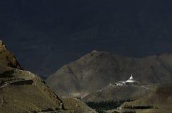 Una vista distante di Shati Stupa vicino alla città del leh Immagine Stock