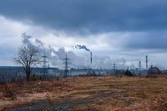 Una vista drammatica del paesaggio della fabbrica di lavoro fotografia stock libera da diritti