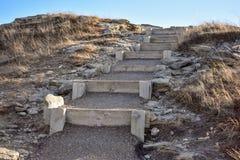Una vista escénica de pasos de madera y de piedra fotos de archivo libres de regalías