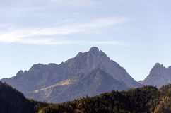 Una vista espaciosa de las montañas de las montañas cubiertas con los árboles coloridos en un día soleado de octubre cerca de Inn fotos de archivo