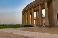 Una vista esterna di una delle colonnati della basilica della nostra signora di pace con il tramonto all'ovest immagini stock libere da diritti