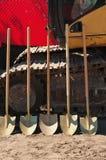 Una vista frontale di cinque pale da utilizzare in una cerimonia di rottura al suolo per un tropicale, parco pubblico Fotografie Stock
