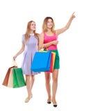 Una vista frontale di due ragazze che camminano con i sacchetti della spesa Fotografia Stock