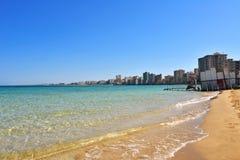 Una vista general de la playa abandonó la ciudad Varosha en Famagusta Foto de archivo libre de regalías
