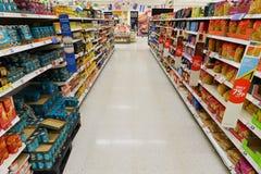 Una vista general de un pasillo vacío del supermercado Imagen de archivo