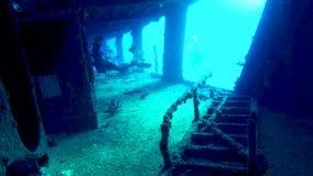 Una vista giù un corridoio del naufragio C-58 nelle acque fuori di Cancun video d archivio