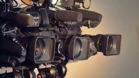 Una vista girante laterale sulle videocamere con i microfoni video d archivio