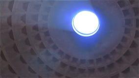 una vista giratoria del techo del panteón en Roma, Italia almacen de metraje de vídeo
