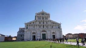 Una vista grande del frente de la catedral de Pisa metrajes