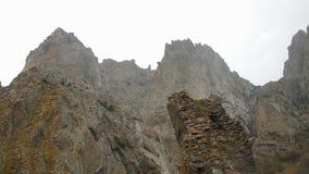 Una vista inferior que tira lenta de las rocas contra el cielo almacen de video