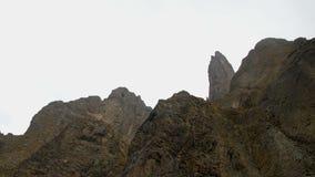 Una vista inferior que tira lenta de rocas gigantes contra el cielo metrajes