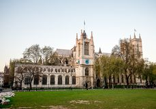 Una vista a la iglesia del ` s de St Margaret del jardín del cuadrado del parlamento temprano por la mañana en Westminster, Londr Fotos de archivo libres de regalías