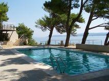Una vista a la piscina sobre el mar Fotografía de archivo