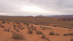 Una vista laterale del movimento attraverso la terra del deserto di Grand Canyon in Arizona, U.S.A. stock footage