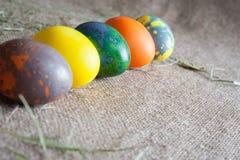Una vista laterale di cinque uova di Pasqua Fotografia Stock