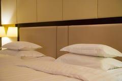 Una vista laterale di due letti nella camera di albergo Fotografia Stock