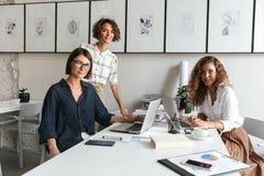Una vista laterale di tre donne sta discutendo qualcosa Immagine Stock Libera da Diritti