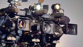 Una vista laterale su tre videocamere professionali video d archivio