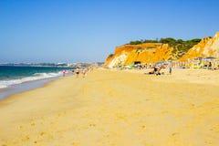 Una vista lungo Faleiia con i letti e la sabbia del sole fotografie stock