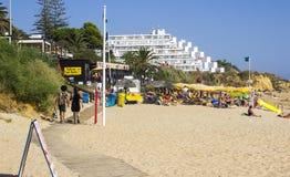 Una vista lungo la spiaggia Albuferia della Praia di Oura con i letti e la sabbia del sole fotografia stock libera da diritti