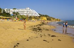Una vista lungo la spiaggia Albuferia della Praia di Oura con i letti e la sabbia del sole fotografie stock libere da diritti
