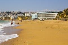 Una vista lungo Praia fa Inatel in Albuferia con i letti e la sabbia del sole fotografia stock libera da diritti