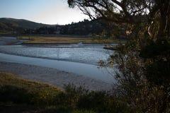 Una vista más cercana de la marea baja en una entrada residencial del océano en Nort Fotografía de archivo