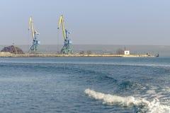 Una vista marina di due gru dall'acqua Immagine Stock Libera da Diritti