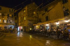 Una vista nella vecchia città del Montenegro chiesa, il quadrato nella sera con la luce delle fuciliere Fotografia Stock Libera da Diritti