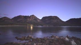 Una vista nocturna de la bah?a de Coles en Tasmania, Australia almacen de metraje de vídeo